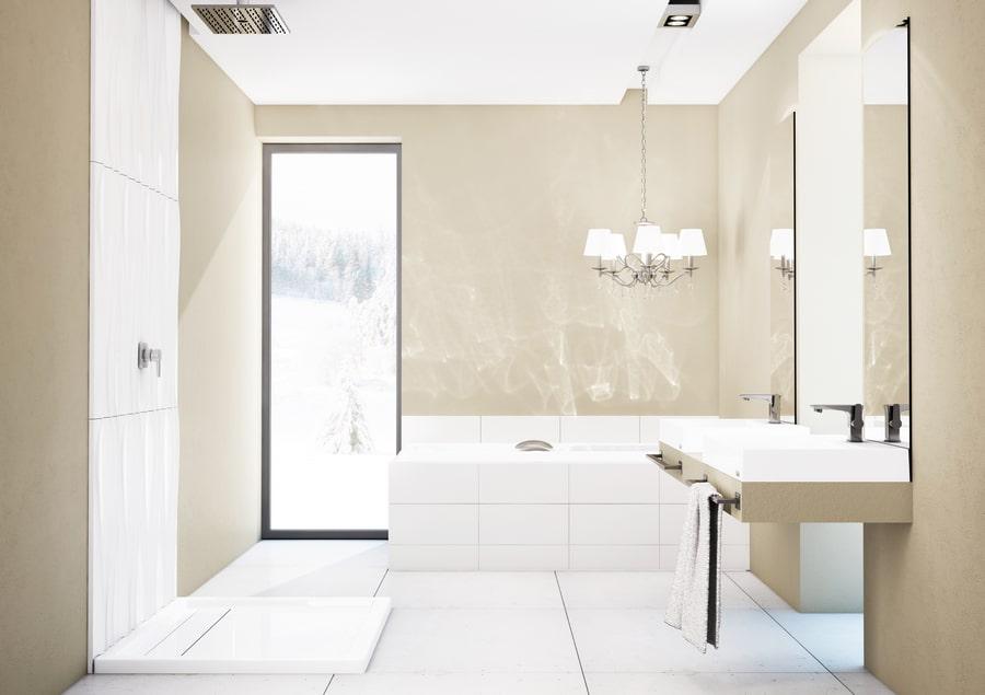 Poprawna instalacja wentylacyjna w łazience ma przeogromne znaczenie – nie tylko dla tego pomieszczenia, ale dla kondycji całego mieszkania czy domu. Pamiętajmy, że pleśń oraz grzyby w pierwszym etapie powstawania są niewidoczne, a skutecznie mogą przenikać z łazienki do kuchni, salonu czy sypialni. Szczególnie ważna jest inwestycja w dobry jakościowo brodzik. Strefa prysznicowa jest bowiem bardzo problematycznym miejscem w każdej łazience. Grzyby i pleśnie mają tu idealne warunki do rozwoju przez długie lata – jest ciemno, chłodno i niestety zazwyczaj wilgotno. Dodatkowo, pod brodzik zaglądamy tylko wtedy, gdy chcemy go wymienić na nowy. Modele wykonane w technologii Stabilsound® albo Stabilsound Plus® dzięki specjalnej izolacji nie pozwalają parze wodnej skraplać się pod produktem. Tym samym ochrona przed rozwojem patogenów powodujących różnego rodzaju alergie czy astmę, jest stuprocentowa. Mamy pewność, że w niewidocznych miejscach nie rozwijają się żadne nowe, niechciane formy życia.