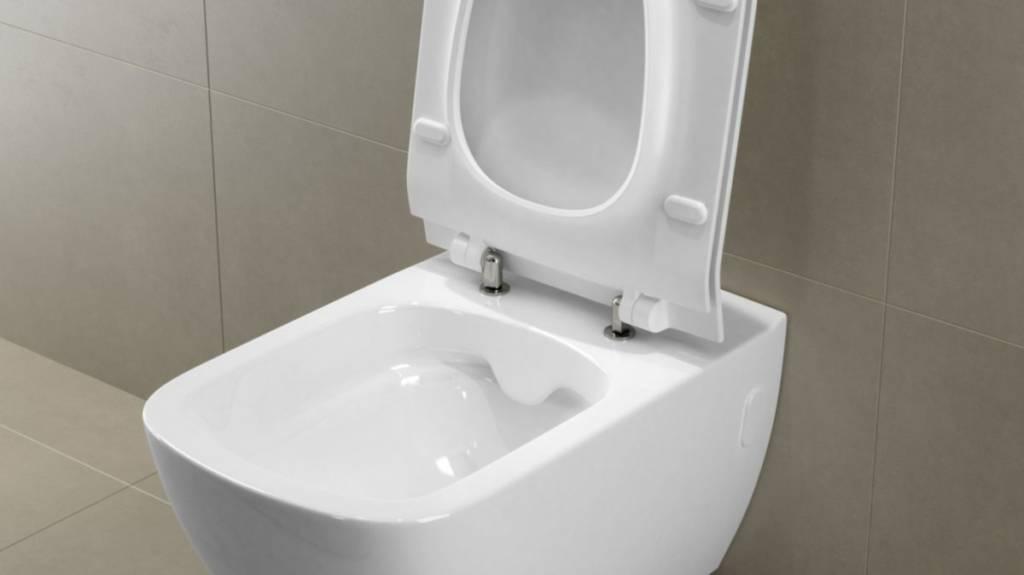 Pierwszym miejscem, które przychodzi do głowy, kiedy pomyślimy o najbrudniejszej części łazienki jest oczywiście muszla sedesowa. Rzeczywiście – to na niej bytuje najwięcej wywołujących choroby patogenów. Zazwyczaj toaletę myjemy raz w tygodniu, a następnie używamy specjalnego płynu dezynfekującego. To może jednak nie wystarczyć, bowiem bakterie bytujące w sedesie rozwijają się niesłychanie szybko. Idealne więc byłoby przeprowadzać szczegółowe mycie co najmniej 3 razy w tygodniu. Warto też każdego dnia wieczorem wlać odrobinę wspomnianego płynu do muszli, rozprowadzić go szczotką i pozostawić do rana. Oczywiście na co dzień pomogą nam też kostki, żele lub specjalne paski, które instalujemy wewnątrz muszli. Większość z nich nie tylko odświeża powierzchnię, ale i zawiera środek wybielający, dzięki któremu sedes wygląda nieskazitelnie czysto. Zarówno wanna, jak i brodzik powinny być dokładnie spłukiwane po każdej kąpieli. Zachowanie czystości ułatwiają specjalne powłoki stosowane przez innowacyjnych producentów. Schedpol stosuje w swoich brodzikach oraz wannach technologię Easy to Clean, która umożliwia nie tylko łatwiejsze utrzymanie produktów w czystości, ale również mycie wyłącznie przy użyciu ciepłej wody oraz szmatki, bez użycia jakichkolwiek detergentów. Dodatkowe zastosowanie powierzchni Antibac uniemożliwia rozwój bakterii oraz grzybów. Nowoczesne technologie to rozwiązanie nie tylko wygodne, ale i bardzo funkcjonalne.